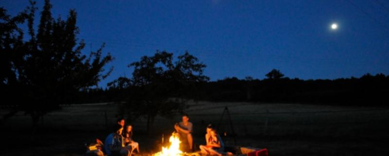 Foto von Menschen um ein Lagerfeuer