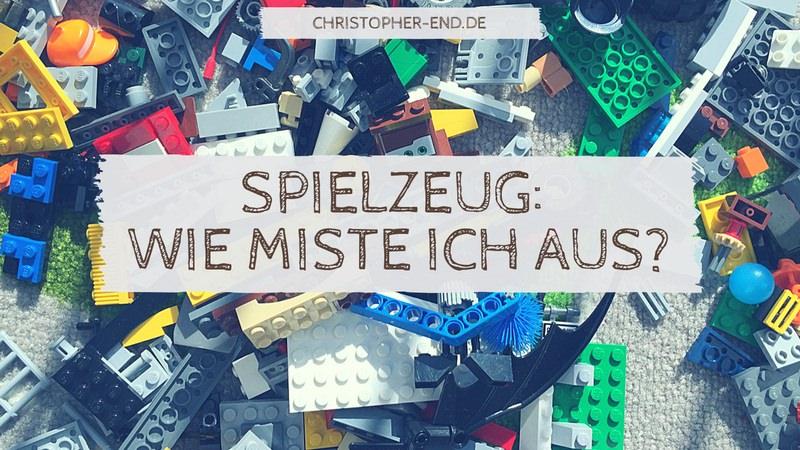 Bild: Kiste voller Spielzeug. Text: Spielzeug: Wie miste ich aus?