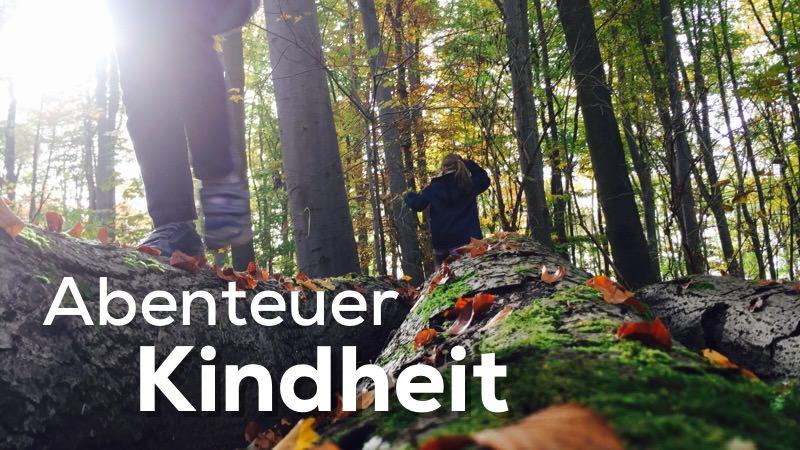 Foto zweier Kinder, die im Wald spielen. Text: Abenteuer Kindheit