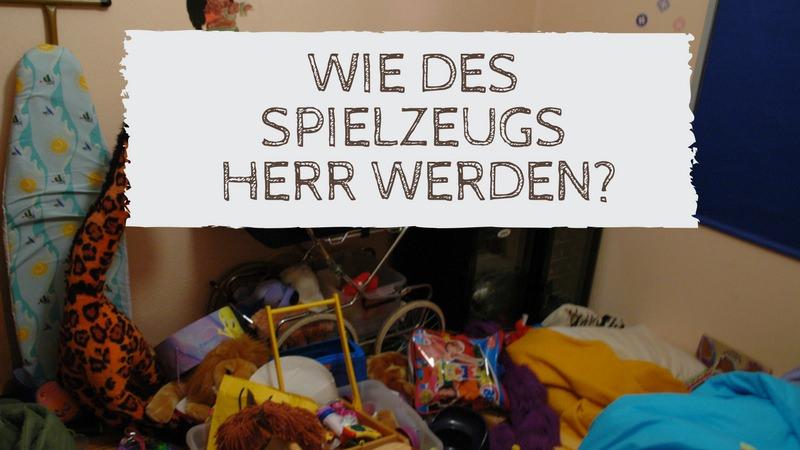 Foto eines unordentlichen Kinderzimmers. Text: Wie des Spielzeugs Herr werden?