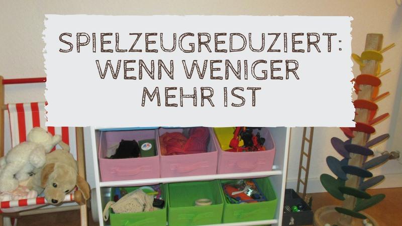 Bild eines ordentlichen Kinderzimmers. text: Spielzeugreduziert: wenn weniger, mehr ist.