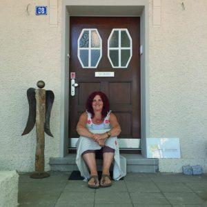 Mechthild Schroeter-Rupieper vor dem Eingang zu ihrem Lavia Trauerinstitut