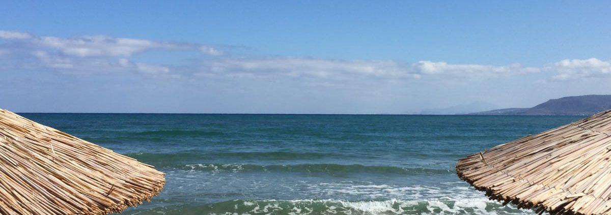 Strandbild mit Sonnenschirmen. Stress im Familienurlaub? Christopher End Eltern-Coach Köln