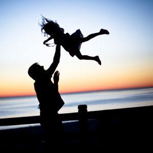 Vater wirft Kind hoch – Väter-Kreis in Köln